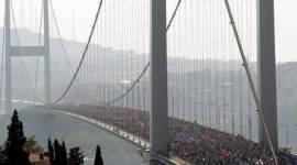 حرکت طوفان در هیبت انسان ! جهان نابرابر امروز به این طوفانها ، همچون نیاز تشنه به آب نیازی مبرم دارد . استانبول - ترکيه- پيوستن هزاران نفر به معترضان در ميدان تقسیم